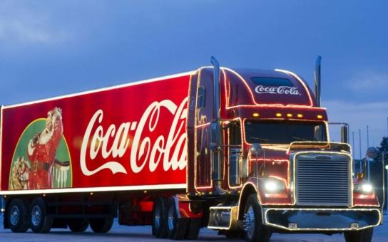 Kdo nás kvůli Vánocům zesměšnil? Svátky po česku: Největší útrata v historii a hlavní atrakce na návsi - kamion s limonádou a Santa Clausem. A ta skrytá reklama v jásající ČT