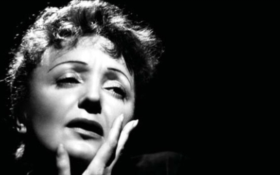 Vášnivá milenka Edith Piaf. Malému ošklivému Vrabčákovi z Paříže podlehli nejslavnější muži a ženy své doby. I překrásná Marlene Dietrich. Tajnosti slavných