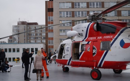 Vyndat z vrtulníku, přeložit do sanitky, přejet k urgentnímu příjmu nemocnice, znovu přeložit... Tak tomu už je u pacientů ohrožených na životě konec. Armádní Sokol otevřel nový heliport v plzeňské nemocnici
