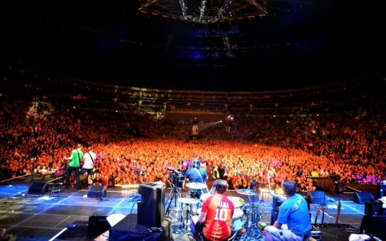 """Tři sestry ukončily """"rok oslav"""" v O2 aréně, přišlo 11 tisíc fanoušků, kteří se na závěr spontáně roztančili. A kapela šla do půl těla, tedy s výjimkou Supice"""