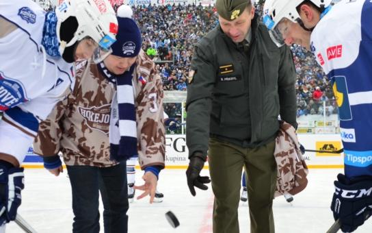 Hokejisté Komety hráli ve vojenském mundúru, vhazoval hejtman Hašek. A nad nimi burácely bojové vrtulníky... Přijďte na další zápas