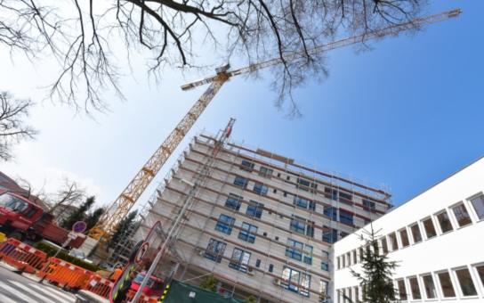 Centrální pavilon českobudějovické nemocnice povyrostl o dvě patra, velké stěhování je na spadnutí. Která oddělení čekají manévry a kam se přesunou?