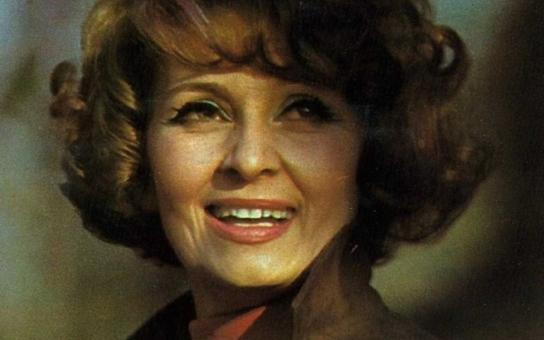 Všichni si mysleli, že jsou s Milanem Chladilem milenci. Její život ale ovlivnili jiní muži. Kdo udělal z nesmělé holčičky elegantní Yvettu Simonovou a kvůli čemu její vztahy krachovaly? Tajnosti slavných