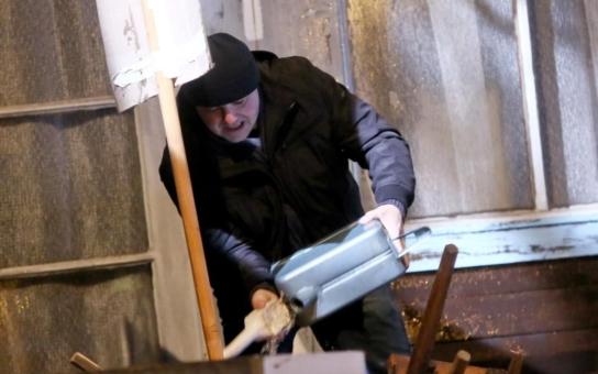 Chudák Martin Zounar má parohy, že by se s nimi nevešel do metra. Žena ho podvádí s Martinem Dejdarem. Tak vezme kanystr benzínu, zapalovač a...