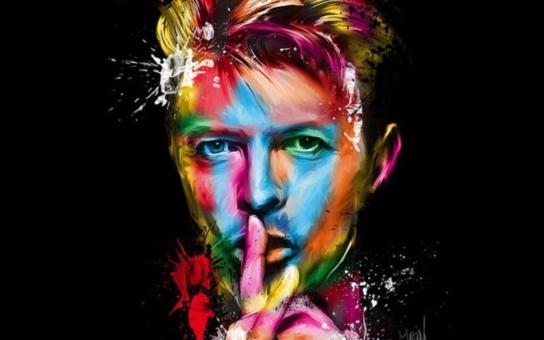 Můžeme být hrdinové, aspoň na jeden den, přesvědčil nás David Bowie alias Ziggy Stardust. A jako černá hvězda vyzářil megatuny energie a pohltil sám sebe