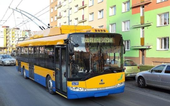 Nové trolejbusy ze Škodovky umějí jezdit i mimo trakční vedení a jsou vybaveny klimatizací. Zlíňané je dostanou jako první v republice