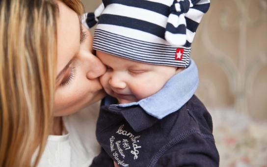 Svobodné matky jsou na trhu s byty nežádoucí... Reportérka se čtyřletým synem si vyzkoušela, co všechno je čeká na cestě za dávkami hmotné nouze. Ty jsou ´velkorysé´, tisícovka na týden