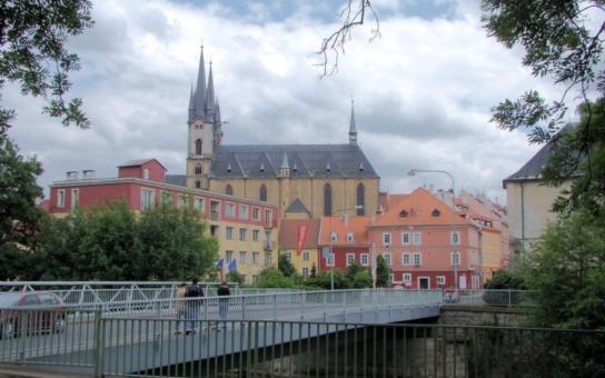 Změť křoví, trosky budov, nepořádek... S ostudou města pod americkým mostem chebská radnice skoncuje, nahradí ho příjemné zákoutí