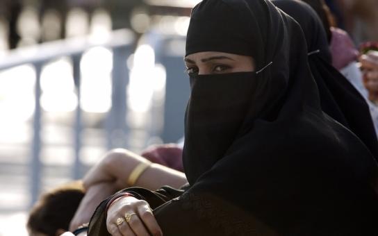 To jsou paradoxy. Muslimové v Británii berou příspěvky na všechny svoje manželky, ne jen jednu. A operace na znovuobnovení panenské blány…