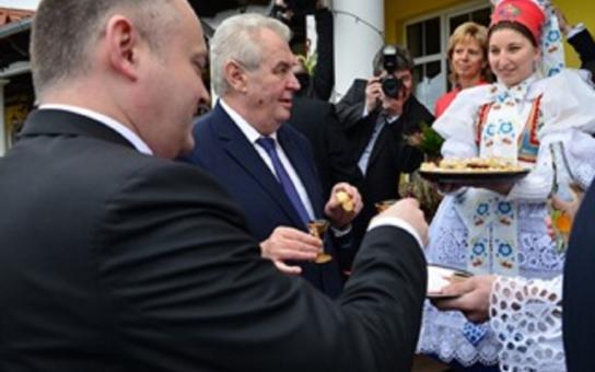 Prezident zakončil návštěvu Jihomoravského kraje na Břeclavsku. Ocenil policisty. Hejtman ho seznámil s projektem vinařského centra