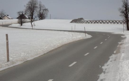 Kalamitní stav na silnicích prozatím nehrozí. Silničáři udržují silnice nepřetržitě od včerejšího večera, klimatické podmínky ale nejsou příznivé a spad sněhu je příliš velký