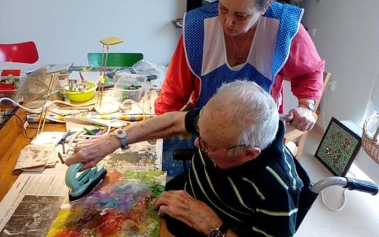 Nová výtvarná technika pronikla už i do havířovského domova seniorů. Chopili se žehličky... a začali malovat!