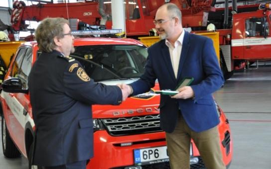 Dvě vozidla, elektrocentrála, čerpadla... Nová zásahová technika profesionálních hasičů přišla na tři miliony. Předal jim ji primátor Zrzavecký