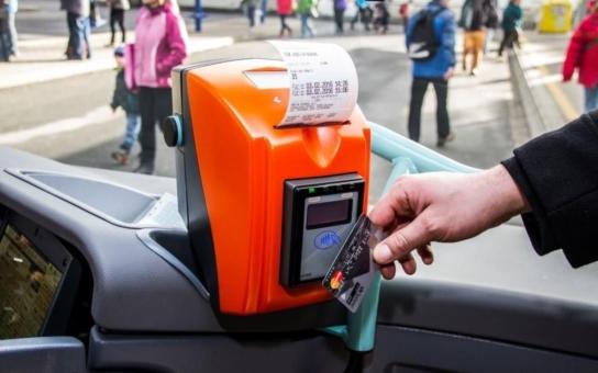 Přeplněným peněženkám odzvání, časový kupón lze bezpečně nahrát i na běžnou platební kartu. Jesenicko tak odstartovalo revoluci v příměstské dopravě