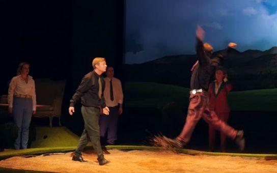 RECENZE Blíží se poslední šance navštívit divadelní hru Po sametu