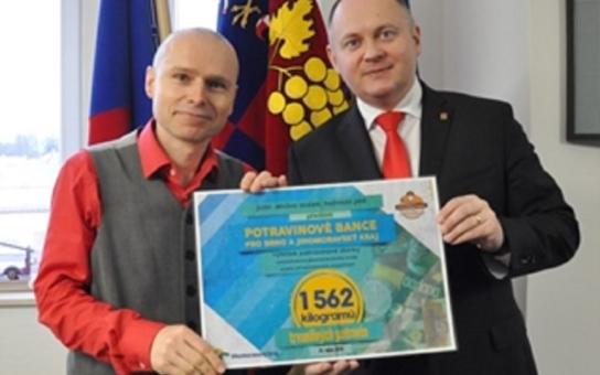 Krajská sbírka pro Potravinovou banku vynesla více než 1,5 tuny konzerv, těstovin, piškotů... Nechyběla debata o bezdomovcích