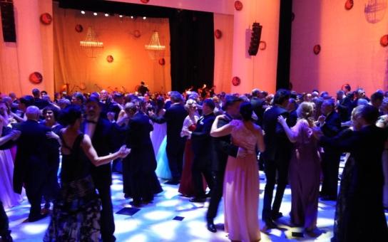 Lesk a bída českého Plesu v Opeře. Proč se příští rok konat nebude? A Lucie Borhyová, převlečená za cibulák, jako hlavní celebrita, nebo terč posměchu?