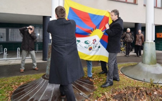 Vlajka pro Tibet zavlaje letos před královéhradeckým magistrátem už podvanácté. Jde o problematiku celého světa, upozorňuje primátor Fink