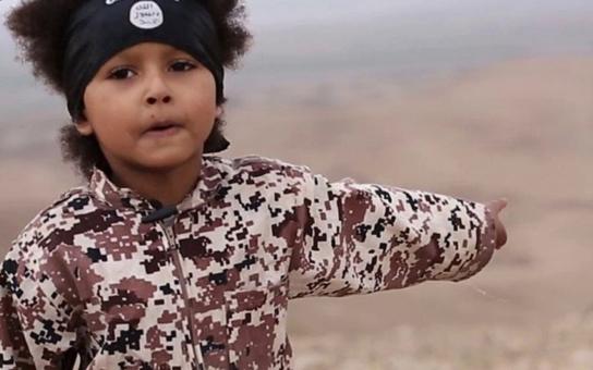 """Takový """"roztomilý klučík""""... Islámský stát překonal veškeré hranice. Nejmladšímu džihádistickému vrahovi jsou teprve čtyři a už má na svědomí lidské životy"""