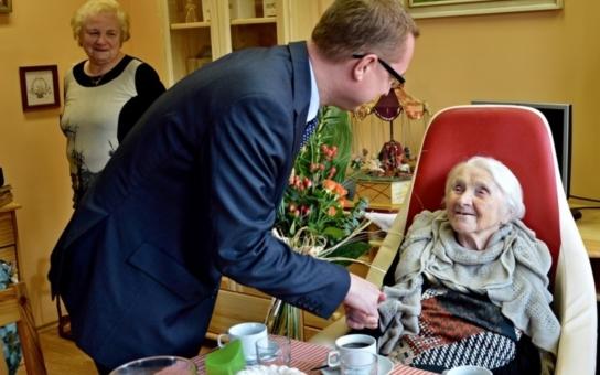 Klientka Domova u fontány v Přelouči oslavila úctyhodné 100. narozeniny. Je to kantorka, co měla před tabulí i současnou starostku