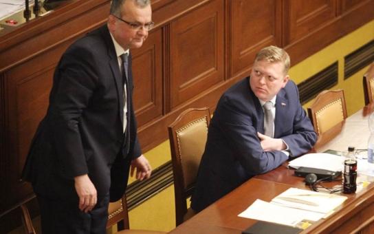 V parlamentu už jsme viděli leccos, ale tohle ještě ne: Fotografovi se povedlo zachytit, jak Kalousek a Stanjura hajlují. A Babiš přitom… Víme, proč
