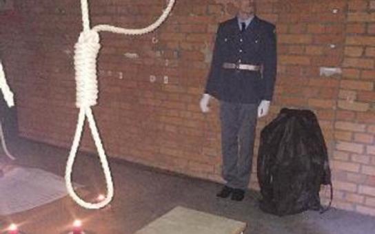 Přečtěte si vzkazy a jména zločinců i politických vězňů... V brněnském krytu 10-Z představili restaurované dveře z cel smrti