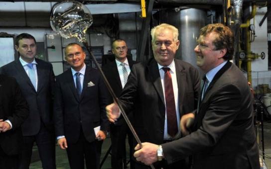 Bramboračka, vepřo-knedlo, pivo... Návštěvu kraje si prezident Zeman užíval. Navíc vyrobil ve sklárně opravdový unikát