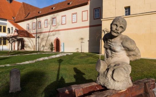 Na Velký pátek se prý otvírají poklady, ten klášterní v Českém Krumlově letos najdou možná zrovna vaše děti. A bude toho ještě mnohem víc