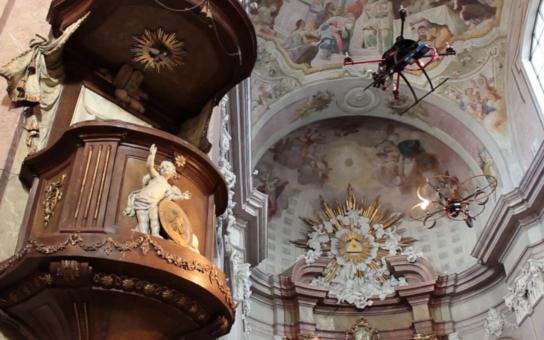 Kam člověk nemůže, tam nastrčí... helikoptérku. Bezpilotní drony pomáhají mapovat stav památek ve šternberské farnosti