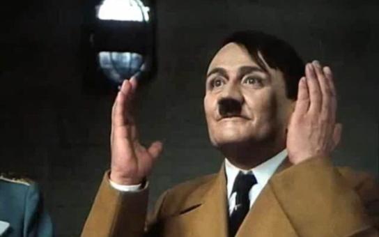 Osvědčený kladný hrdina dokázal tak zahrát Hitlera, že vyděsil i Menšíka. Spadl však do začarovaného kruhu, který ho nakonec připravil o život. Tajnosti slavných