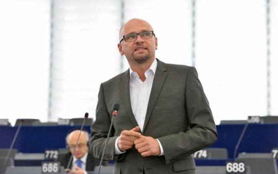 """Jakékoliv přerozdělování imigrantů v Evropě je pozvánkou pro pašeráky lidí, aby sem posílali další, upozorňuje jeden z vítězů slovenských voleb, pravicově a """"protificovsky"""" zaměřený Sulík"""