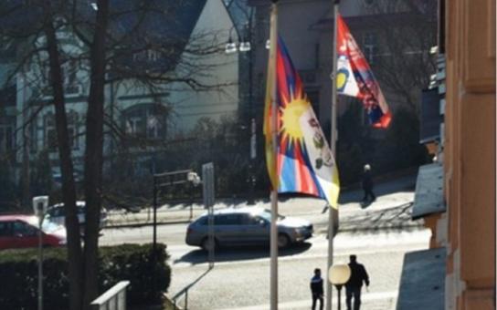 Svobodný život je privilegium, kterého se nedostává všem, řekl hejtman Netolický. Nad krajským úřadem zavlaje tibetská vlajka