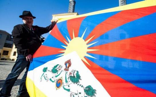 Krajské zastupitelstvo letos účast na akci Vlajka pro Tibet neschválilo. Opoziční zastupitelé ji proto vyvěsí alespoň z okna své zasedačky