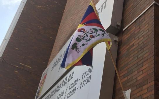 Magistrát letos Tibet kvůli čínské pandě nepodpořil, ale na radnicích městských částí vlajka vlaje: Včetně Prahy 10, která o tom rozhodla v anketě mezi zastupiteli