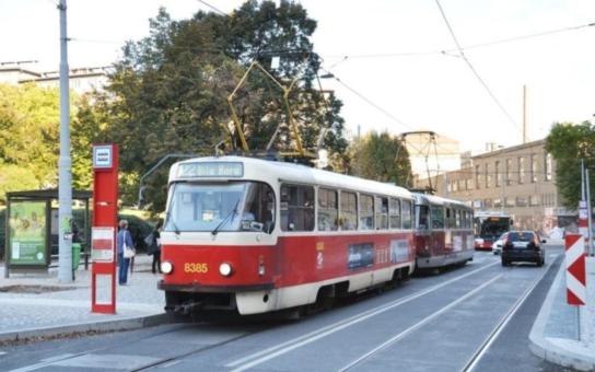Zajímavý pilotní projekt pro Pražany: V tramvaji č. 22 budete moci zaplatit jízdenku bezkontaktní platební kartou
