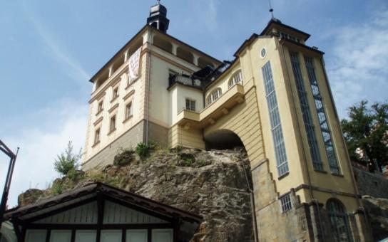 Karlovy Vary se ocitly v kuriózní situaci. Nemají přístup do chráněné historické dominanty města, Zámecké věže. Objekt, spojený s Karlem IV., totiž pronajaly společnosti, zaměřené na hrací automaty
