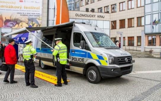 Přetížené kamiony a špatně upevněný náklad ohrožují všechny okolo. Speciální vozidlo pomůže policistům v Olomouckém kraji odhalovat hříšníky včas