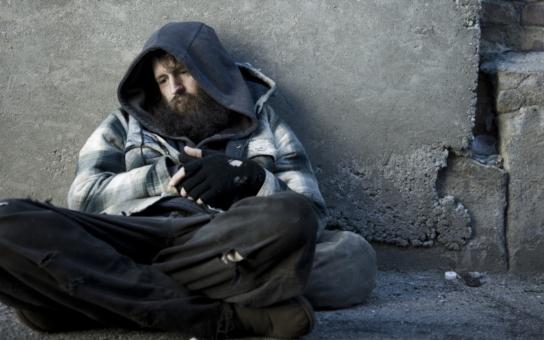 Chudoba cti netratí a průměrná mzda je skoro 30 tisíc. Hm a jak je to doopravdy? Každý desátý Čech je bezprostředně ohrožený, že skončí na ulici. To je milion lidí, vážení