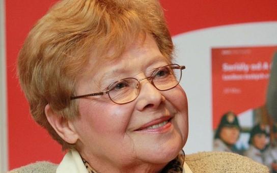 S manželem oblíbené moderátorky, kterou komunisté zavrhli, žila nejprve Jiřina Jirásková. Nakonec se všichni sejdou na jednom hřbitově. Tajnosti slavných