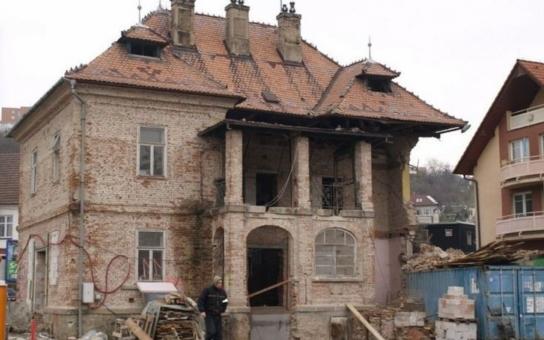 Dům ve zlínské Sokolské ulici, jehož podstatnou část museli hasiči zbourat kvůli nestabilitě, hodlá majitelka obnovit v původní podobě. Jí ani najatému statikovi žádný postih nehrozí