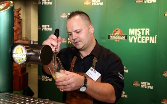 Správně natočit pivo je opravdový kumšt. Výčepní z celé republiky si to rozdali v soutěži, vítěz točí zlatý mok již sedmnáct let v Ostravě