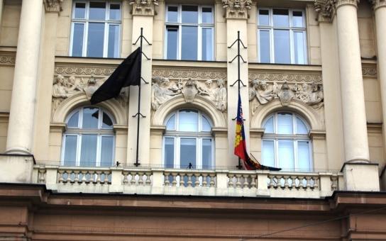 Černý prapor na budově úřadu. ´Považují nás za slabé, musíme být tvrdí´. Hejtman vyjádřil za Jihomoravský kraj upřímnou soustrast pozůstalým po útocích v Bruselu