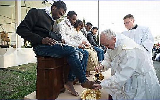 Papež umyl imigrantům nohy. A Velký pátek je státní svátek. Co to vlastně slavíme?