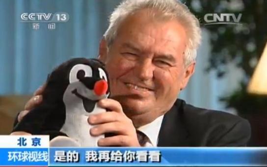 Občas je potřeba vidět komedii, prohlásil prezident Zeman v čínské televizi. Z jeho rozhovoru ale všichni citují jenom jedinou větu. Když si ho přečtete celý, vypadá vše trochu jinak