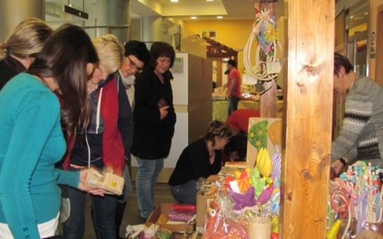 Velikonoční nabídka výrobků připákala návštěvníky trhů chráněných dílen. Za jediný den vydělali handicapovaní téměř čtyřiadvacet tisíc korun