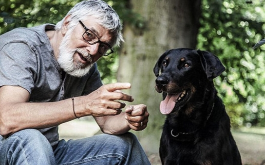 Jiří Bartoška přiznal, že se po rakovině vrátil příliš brzy k práci. Oslabený a zestárlý herec o smutné zkušenosti z manželství. Po letech zpět k tajné lásce?