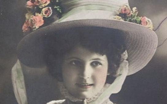 U nohou jí klečela celá Paříž. Kdo byla první česká královna krásy, kterou vybral osobně slavný malíř a designér Alfons Mucha. Tajnosti slavných