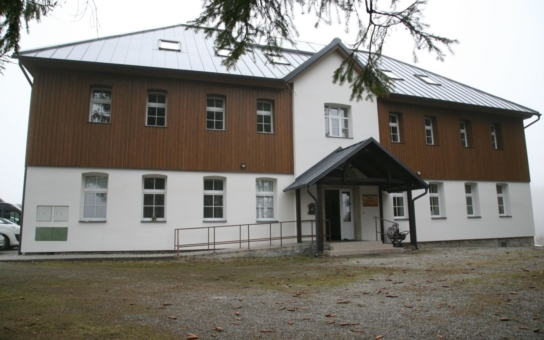 """Správa NP Šumava otevřela nové středisko environmentální výchovy. Bude se tam vyučovat i podle příručky """"Pojďme na to od lesa"""""""