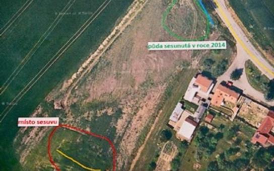 Sesuv svahu v Milonicích na Blansku je ohrožením pro rodinné domy. Musí to vidět znalec, říká hejtman