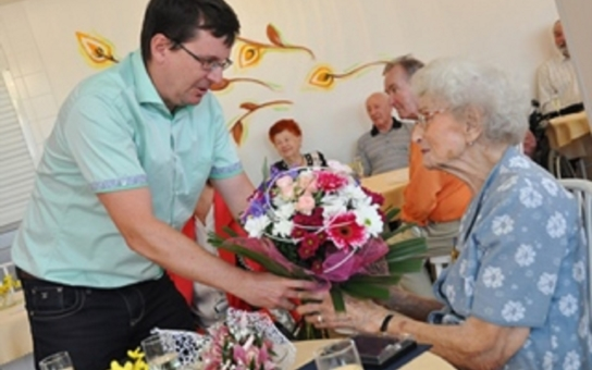 Je jí sto let a je nejstarší žijící válečnou veteránkou v Brně. Právě slaví. To si jeden z nejvyšších politiků kraje nemohl nechat ujít